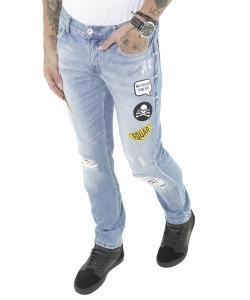 calça jeans slim com patchs azul médio - 39,99