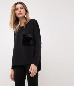 Blusa com Bolso de pelinhos - preta | R$20