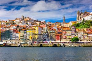 Voos para Madri e Porto, na mesma viagem, saindo de São Paulo. Todos os trechos, com taxas incluídas, a partir de R$1.730