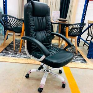 (2 CADEIRAS) Kit 2 Cadeiras de Escritório Presidente Atlanta Preta Vestcasa