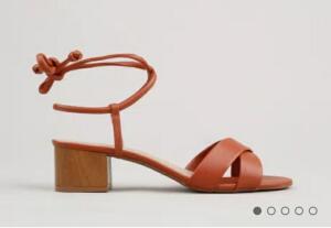 Sandália feminina oneself salto médio com amarração marrom